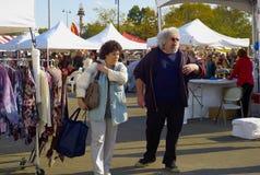 Paar bij het Festival van de Oester in de Baai van de Oester, NY Royalty-vrije Stock Afbeelding