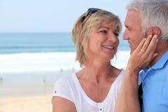 Paar bij het strand Stock Afbeeldingen