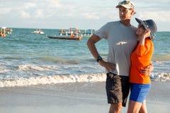 Paar bij het Strand dichtbij Zonsondergang stock foto