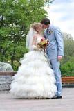 Paar bij hun huwelijksdag het kussen Royalty-vrije Stock Foto's