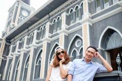 Paar bij kathedraal in prehuwelijk Stock Foto