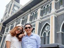 Paar bij kathedraal in prehuwelijk Stock Afbeelding
