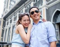 Paar bij kathedraal in prehuwelijk Stock Foto's