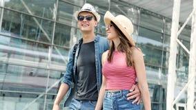 Paar bij luchthaven Gelukkige Jongeren die samen reizen stock videobeelden
