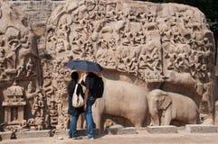 Paar bij oud monument Royalty-vrije Stock Foto's