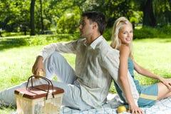 Paar bij picknick royalty-vrije stock foto