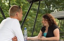 Paar bij picknicklijst in een park royalty-vrije stock afbeelding