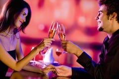 Paar bij restaurant Royalty-vrije Stock Foto's
