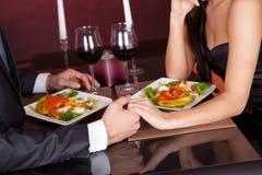 Paar bij romantisch diner in restaurant Royalty-vrije Stock Afbeelding