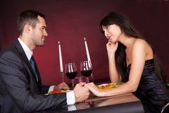 Paar bij romantisch diner in restaurant Royalty-vrije Stock Afbeeldingen