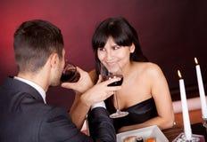 Paar bij romantisch diner in restaurant Stock Fotografie