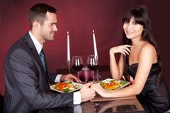 Paar bij romantisch diner in restaurant Stock Afbeeldingen
