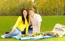 Paar bij romantische picknick Stock Afbeelding