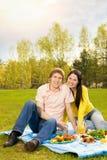 Paar bij romantische picknick Stock Foto's