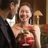 Paar bij staaf met dranken. Royalty-vrije Stock Afbeeldingen