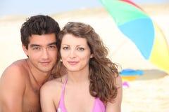 Paar bij strand Stock Foto's