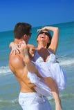 Paar bij strand royalty-vrije stock afbeeldingen