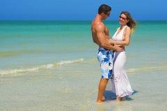Paar bij strand Royalty-vrije Stock Foto's