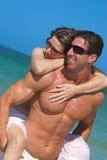 Paar bij strand Stock Afbeeldingen