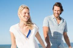 Paar bij strand het lopen Royalty-vrije Stock Fotografie