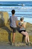 Paar bij strand, Tasmanige, Australië royalty-vrije stock foto