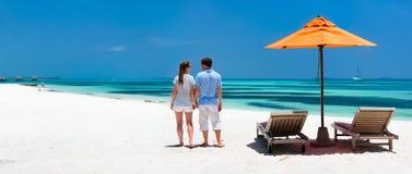 Paar bij tropisch strand stock afbeeldingen