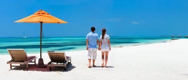 Paar bij tropisch strand Royalty-vrije Stock Afbeelding