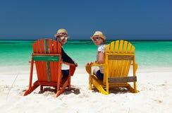 Paar bij tropisch strand stock fotografie