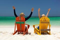 Paar bij tropisch strand royalty-vrije stock fotografie