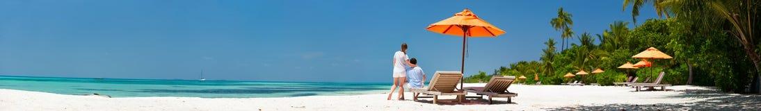Paar bij tropisch strand Stock Foto