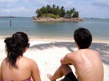 Paar bij tropische kust Stock Foto