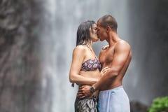 Paar bij waterval Royalty-vrije Stock Afbeeldingen