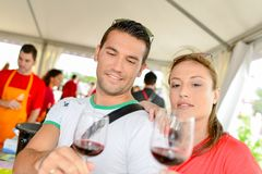 Paar bij wijnfestival royalty-vrije stock fotografie