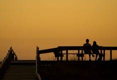 Paar bij zonsondergang Stock Foto's