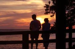 Paar bij Zonsondergang Royalty-vrije Stock Foto's