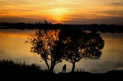 Paar bij Zonsondergang Stock Afbeeldingen