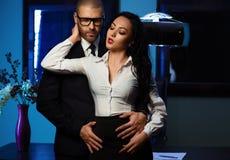 Paar binnen Bureau Romaans concept Stock Foto's