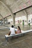 Paar binnen een galerij in Peking Dashanzi Art District, China stock foto's