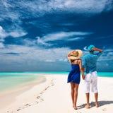 Paar in blauw op een strand in de Maldiven Royalty-vrije Stock Foto