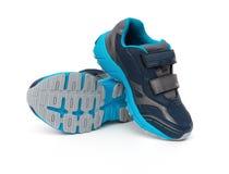 Paar blauwe en zwarte sportieve schoenen voor jong geitje op wit royalty-vrije stock afbeelding