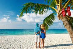 Paar in blauwe kleren op een strand bij Kerstmis Stock Foto's