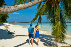 Paar in blauwe kleren op een strand in de Maldiven Royalty-vrije Stock Afbeelding