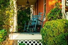 Paar blauwe schommelstoelen Stock Afbeeldingen