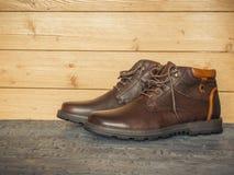 Paar bruine mensen` s klassieke schoenen op de donkere vloer houten muren Het concept toevallige mensen` s schoenen Stock Foto's