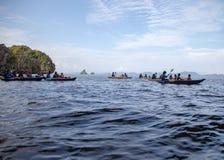 Paar canoeing of het kayaking op zee eilandachtergrond De provincie van Krabi, Thailand Ruimte voor tekst stock afbeeldingen