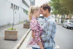 Paar in controleoverhemden en denim die elkaar koesteren Royalty-vrije Stock Foto's