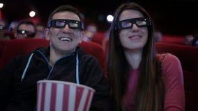 Paar in 3D glazen die een film waching bij bioskoop stock video