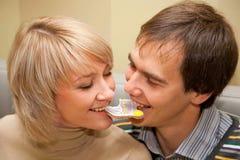 Paar dat één koekje eet Stock Foto's