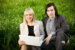 Paar dat aan laptop in aard werkt Royalty-vrije Stock Foto's