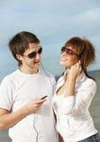 Paar dat aan muziek samen luistert Stock Afbeeldingen